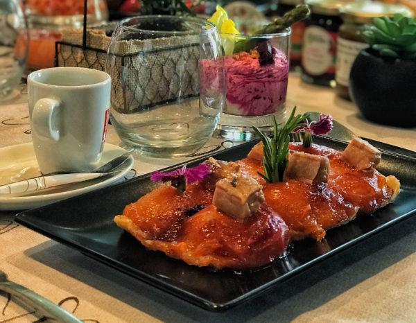 Tatin d'abricots rôtis au romarin, foie gras poêlé