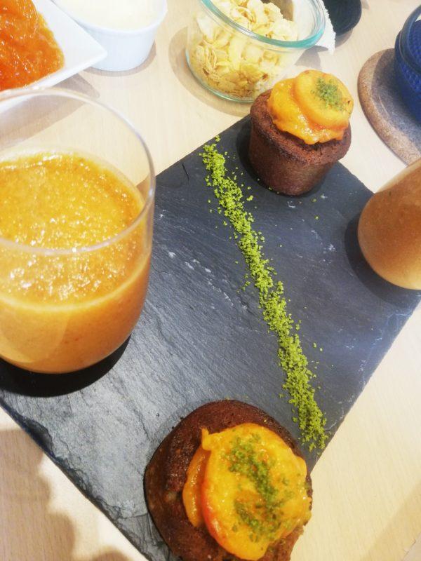 Abricot rôti au miel de romarin, financiers pistache
